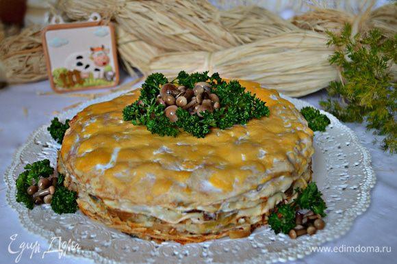 При подаче украсьте верх блинного пирога маринованными грибами и петрушкой. Приятного вам аппетита!