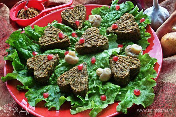 Раз день праздничный, предлагаю на закуску подать паштет постный от Людмилы: http://www.edimdoma.ru/retsepty/72676-pashtet-iz-fasoli-s-gribami Я его оформила в виде сердец (с помощью формочки для печенья). Очень нежный и вкусный, не пожалеете!