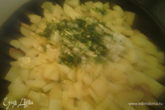 Добавляем порезанный лук, чеснок и петрушку в картофель, перемешиваем. Добавить соль и перец по вкусу. Накрыть крышкой и готовим ещё 15 минут.