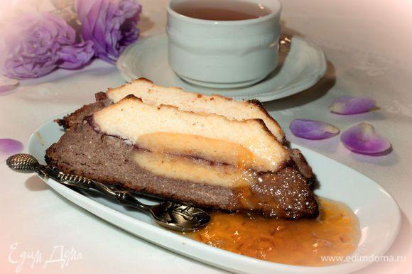 Сверху выложите слой шоколадной массы и поставьте в духовку на 45-50 минут при 180 градусах. Если верх начнет сильно румяниться, накройте его листочком фольги. Готовый сырник должен хорошо остыть и постоять несколько часов в холодном месте. Подавайте сырник с гарниром из джема. Приятного аппетита!