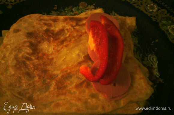 Заверните пару кусочков колбасы, сыра и сладкий перец в блин, можете эксперементировать.