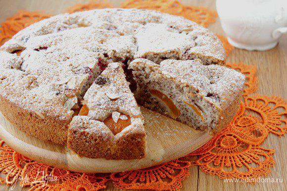 Готовый пирог остудить, посыпать сахарной пудрой. Приятного чаепития!