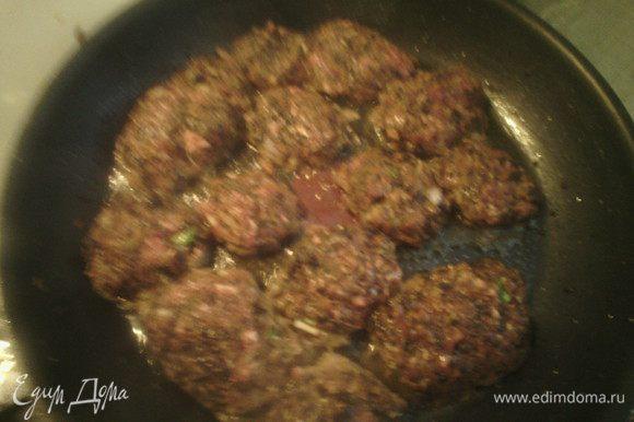 Приготовить фарш (используйте любой): добавить овощи (которые мы обжарили), яйцо, лук, зелень, все хорошо перемешать. Сделать котлеты и готовить 5 минут с каждой стороны.