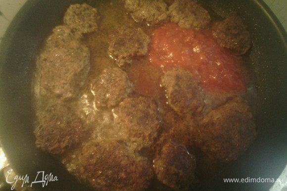 Добавить немного воды, томатный соус и готовить ещё пару минут.
