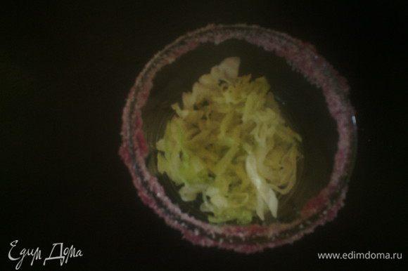В бокал кладем салат. Для украшения бокала: переверните бокал, налейте в блюдце сироп и мокните бокал. В другом блюдце насыпьте сахар и опустите бокал туда, сахар приклеиться к сиропу.