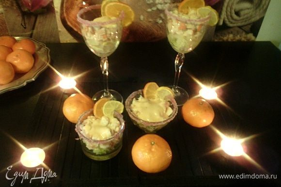 На салат кладем ананасы, и наш коктейль из морепродуктов поливаем розовым соусом.
