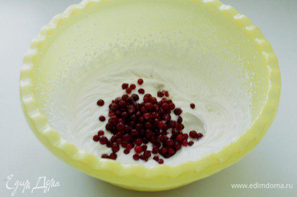 К взбитым сливкам с сахаром добавьте ягоду и еще раз взбейте вместе с ягодой.