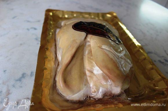 Печень фуа-гра необходимо разморозить заранее, причем, не при комнатной температуре, а в средней части холодильника (можно переложить ее из морозильной камеры на ночь). Повторно замораживать не рекомендуется.