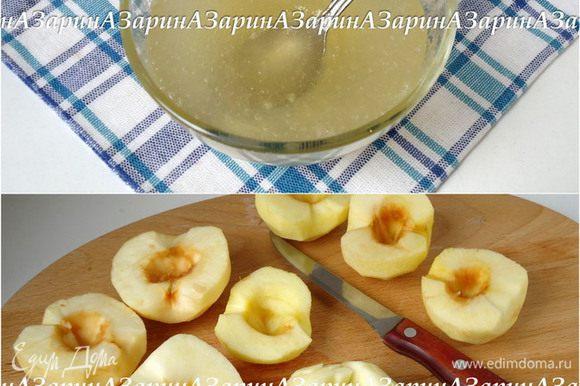 Для суфле желатин замочить в 130 мл воды. Яблоки очистить (нам потребуется 500 грамм очищенных яблок) и нарезать.