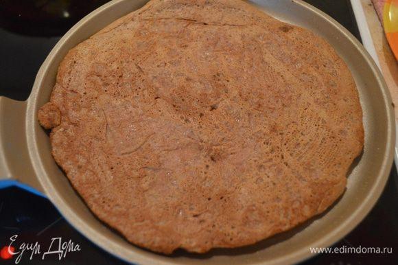 На разогретой и смазанной растительным маслом сковородке выпекаем коржи (это самый долгий и ювелирный процесс, т.к. стараемся, чтобы края были ровными).
