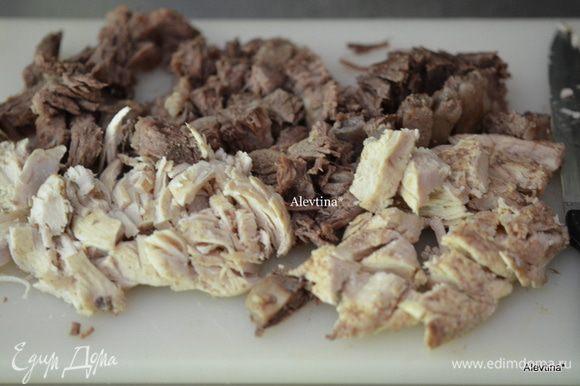 Говядину и курицу нарезать кусочками. Овощи порубить вручную или в кухонном комбайне.