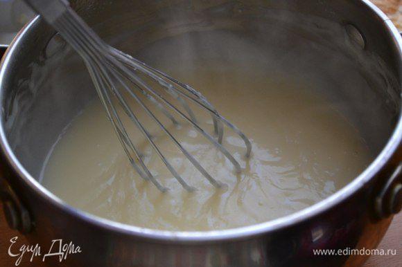 Время заняться кремом) Молоко вскипятить с ванилью, убрать с огня. Яйца перемешать с сахаром и крахмалом. Аккуратно влить горячее молоко, постоянно помешивая. Перелить смесь обратно в ковшик и поставить на средний огонь. Довести до кипения и, помешивая венчиком, варить минуты 2-3. Крем станет довольно густым. Снять с огня и вмешать сливочное масло.