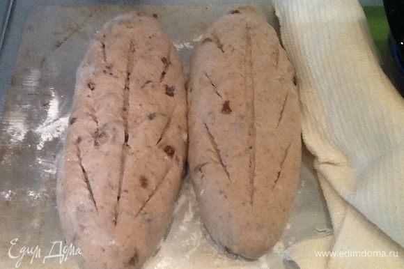 Через час делаю надрез и ставлю выпекать хлеб. Разогреваю духовку до 230 градусов, опрыскиваю водой стенки духовки, сажаю хлеб, минут через 10 убавляю t до 210 градусов. У меня печется 30 минут.