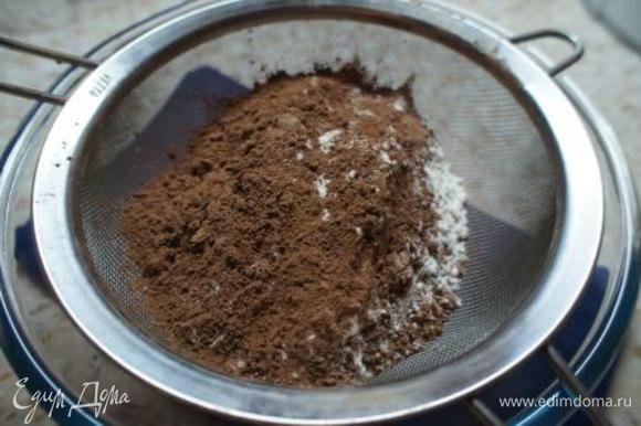 В миску просеять муку и какао-порошок.