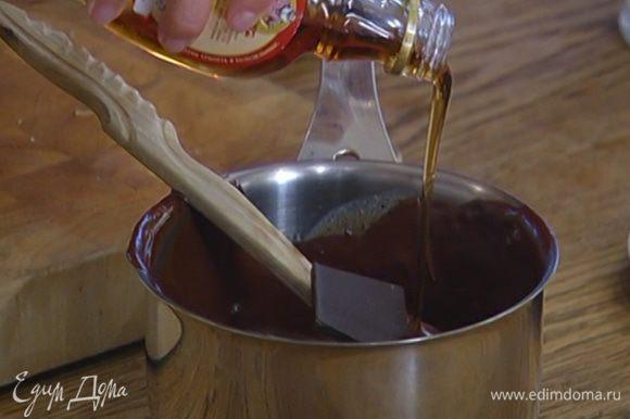 Приготовить шоколадный ганаш: в оставшуюся половину растопленного шоколада со сливками добавить еще 100 г горького шоколада, влить кленовый сироп, перемешать и прогревать на медленном огне, постоянно помешивая деревянной лопаткой, чтобы шоколад полностью растопился.
