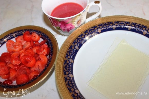 Желатин замочить в холодной воде минут на 10. Подготовить сок апельсина и мякоть клубники. Один лист желатина составляет примерно 2,4 грамма.