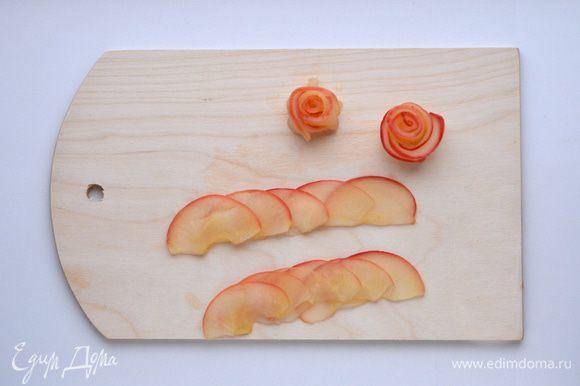 Блинный торт с карамельным муссом и фруктами ингредиенты Формируем розы. Лепестки уложить друг на друга, слегка отступая. Свернуть рулетом. Роза готова.