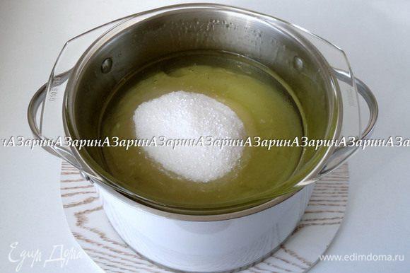 Для крема: На огонь поставить кастрюлю с водой для паровой бани. В кастрюле меньшего диаметра смешать белки, сахар и лимонную кислоту. Когда вода закипит, огонь убавить на средний. Кастрюлю с белками поставить на паровую баню, включить на плите таймер на 15 минут, и начинаем взбивать белки.