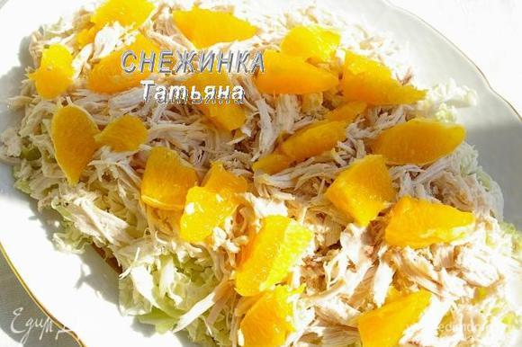 Апельсин очищаем от кожи и прожилок, освобождая дольки мякоти. Делим каждую дольку на половинки. Распределяем сверху на курицу.