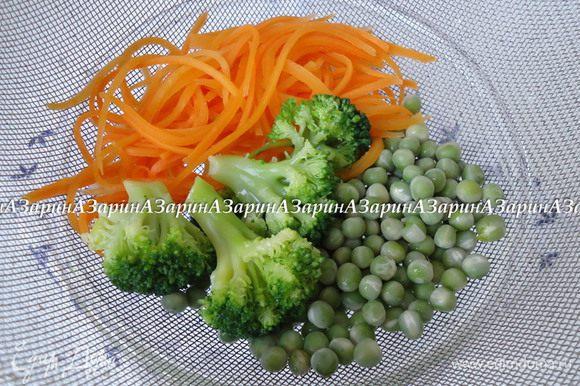 Все овощи: морковь, зеленый горошек и брокколи бланшировать в кипящей воде. Откинуть на дуршлаг, дать стечь лишней жидкости.