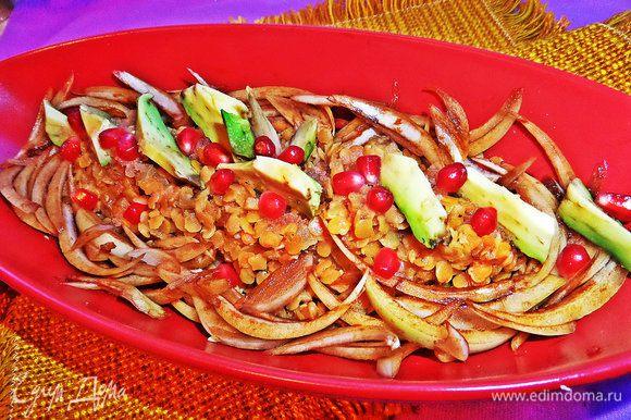 Собираем наше блюдо! Юлия рекомендует подать на листьях цикория. Чечевицу выкладываем первой, потом маринованный лук, ломтики авокадо.