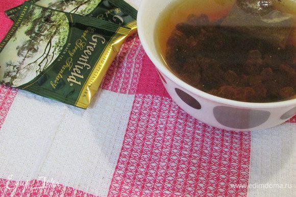 Изюм промыть и замочить в горячем чае (у меня со вкусом бергамота) на 10 минут. Затем обсушить на бумажном полотенце и обвалять в муке.