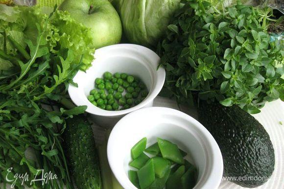 Вымыть овощи и яблоко. Кабачок, горошек и фасоль в стручках ошпарить кипятком.