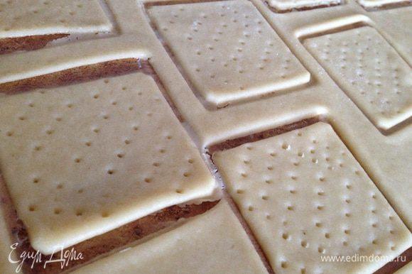 Вырезать формочками печенье, наколоть вилкой.