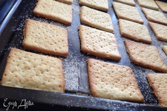 Отправить в предварительно разогретую духовку до 180 градусов, на 7-10 минут, в зависимости от духовки. Как только слегка стало золотистое, готово!