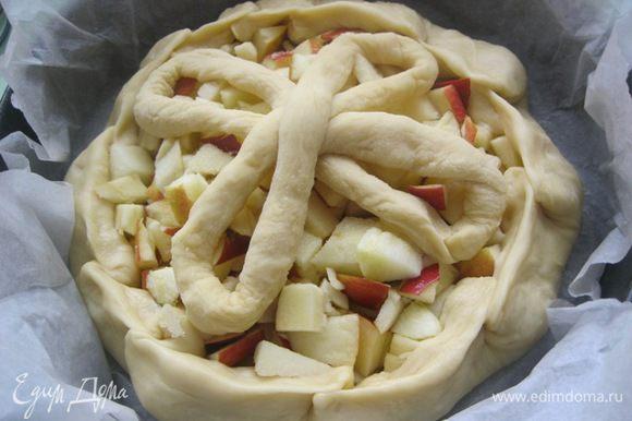 Края нижнего коржа загнуть и защипать. Выложить поверх яблок заготовки.