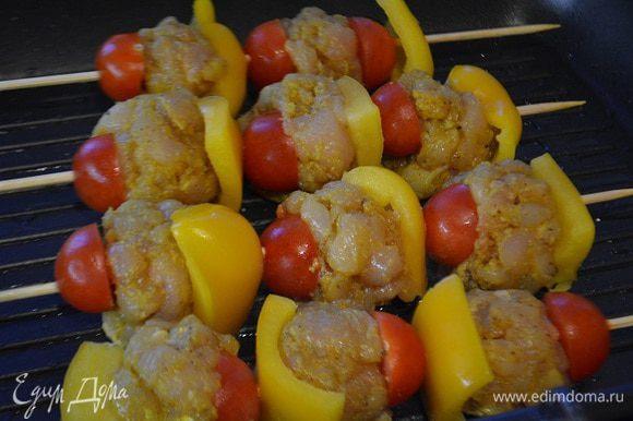 На деревянные шпажки поочередно нанизываем мясные шарики и перец с помидорами.