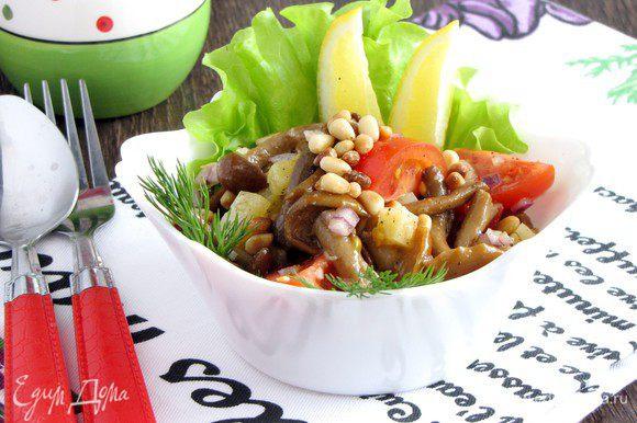 При подаче салат посыпать кедровыми орешками, украсить зеленью и подавать. Вкусно!