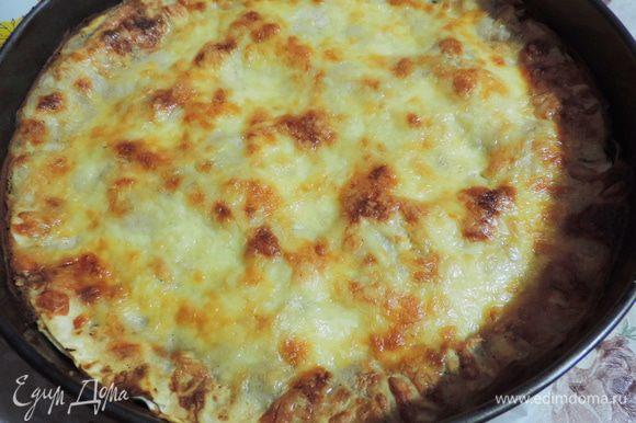 Запекаем лазанью в разогретой до 180-190 градусов духовке на 30-35 минут. Следите, чтобы сыр не сгорел.
