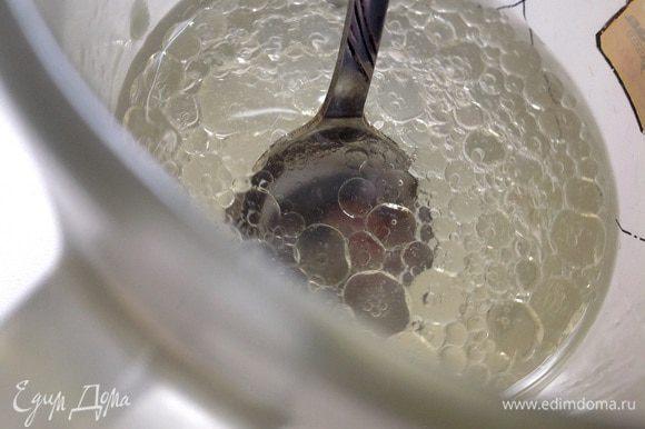 Растительное масло соединить с кипятком, быстро перемешать.