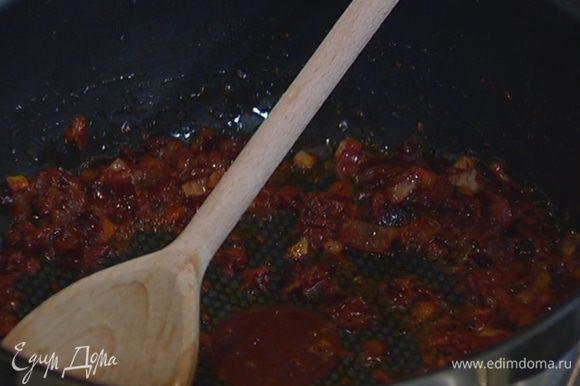 В сковороду с луком добавить измельченные специи, подкопченную паприку, томатную пасту и все перемешать.