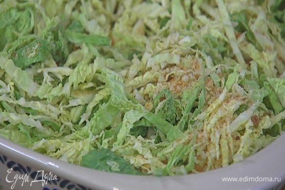 Капусту нашинковать, выложить в жаропрочную форму, посыпать 2 ст. ложками сухарей и слегка встряхнуть форму, чтобы сухари просыпались поглубже.