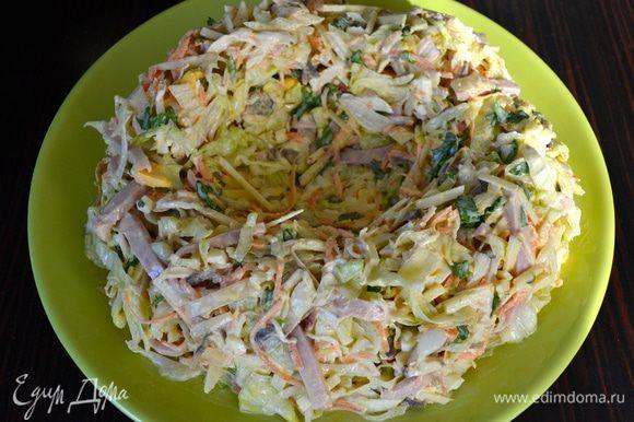 А теперь выложить осторожно салат на сервировочное блюдо и сформировать подобие гнезда, с бортиками..