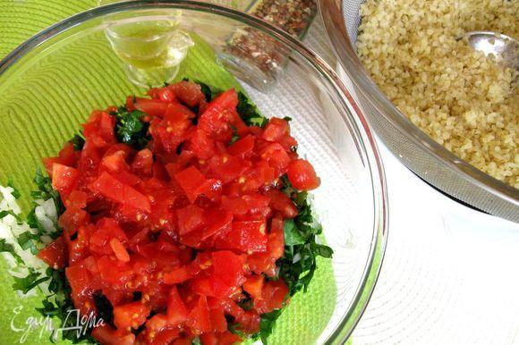 Нижним слоем в миску положить зелень, белый лук, затем с помощью широкой лопатки - помидоры.