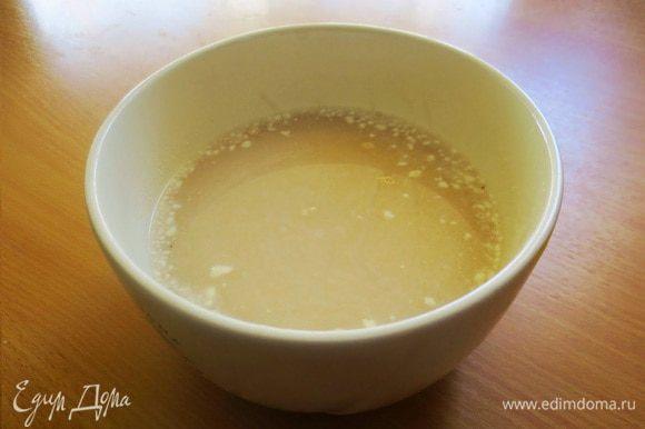Дрожжи развести в теплом молоке с 1 ст.л. сахара и 2 ст.л. муки. Перемешать, оставить на 15 минут. Опара должна подняться.