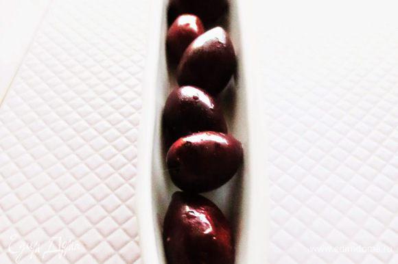 Сервируем маслины, добавляя в них оливковое масло.
