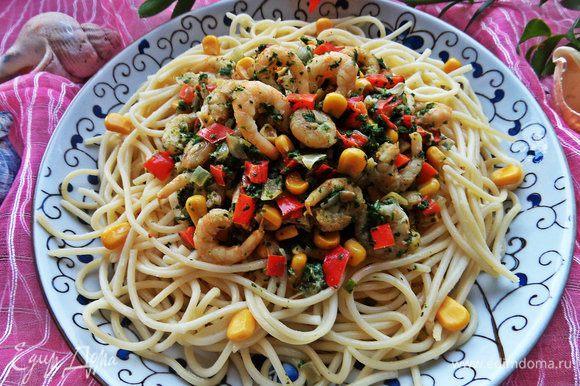 Спагетти слить, выложить на тарелку и полить сверху сливочным соте.