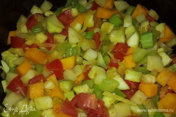 Помидоры режем кубиками, с баклажана смываем соль под проточной водой и отправляем их к остальным овощам. Накрываем крышкой, тушим.