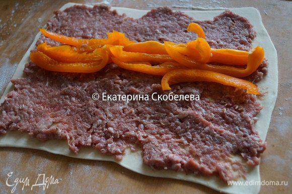 На тесто выложить 1/2 часть фарша и половину перца. Также поступить с оставшимися ингредиентами.