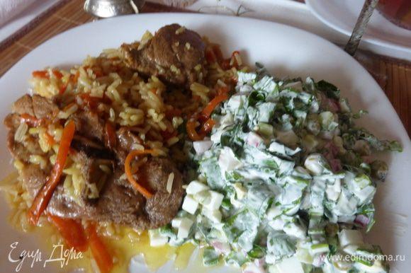 А так выглядит салат уже со сметано-майонезной заправкой. На гарнир к нему плов или наоборот. Судя по порции, я себя не жалею и не думаю, что совсем скоро лето.