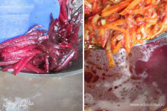 Как только картофель сварится, добавить в кастрюлю свёклу и сразу же морковно-луковую заправку. Слегка приправить солью и сахаром.
