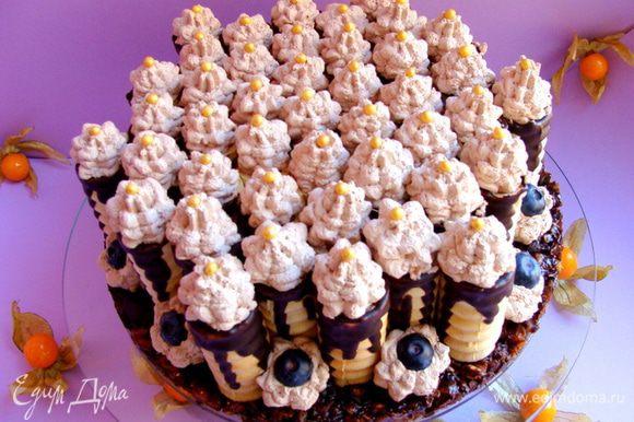 Заполнить им трубочки до конца и использовать для декора. Еще я использовала несколько ягод голубики и золотые шарики.
