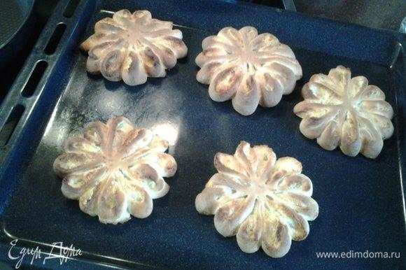 Желток смешать с 2-мя ст.л. молока, смазать булочки и выпекать в разогретой до 190С духовке 15 минут.