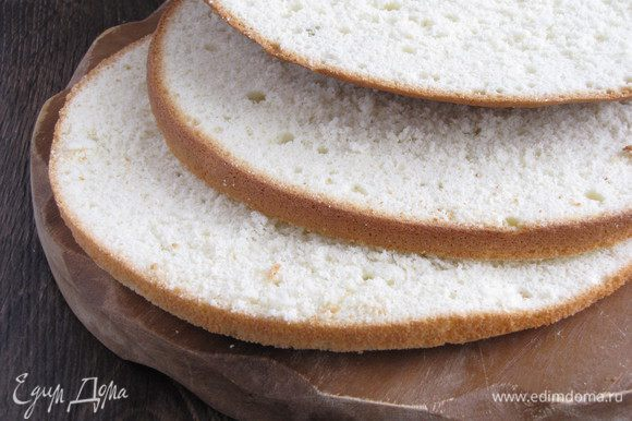 Разрезать бисквит на три части так, чтобы одна часть была тоньше, чем две остальные.