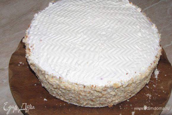 Бока торта обсыпать бисквитной крошкой или молотыми орехами, по желанию.
