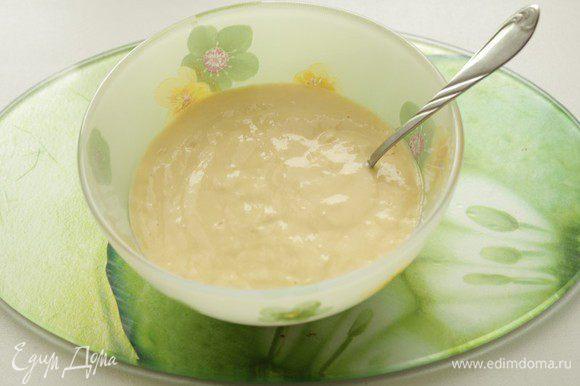 Приготовить тесто на клецки: взвить яйцо, добавить воду, постепенно добавить муку. Тесто должно быть как густая домашняя сметана.